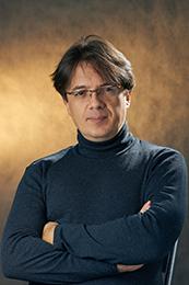 Меня зовут Владимир Греков. Я занимаюсь фотосъемкой для школьных выпускных альбомов